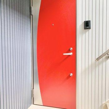 共用部】今回のお部屋はこちらの赤い扉。