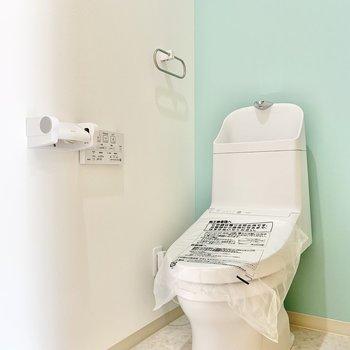 トイレには爽やかなミントカラーのクロス。