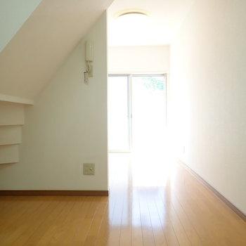 階段下にちょこっと物を収納できます。(※写真は同間取り別部屋のものです)