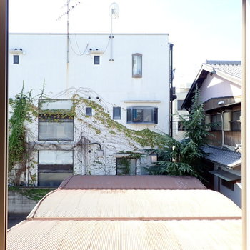 洋室①】建物があって眺望は抜けていませんが、日当たりはよかったです!(※写真は同間取り別部屋のものです)