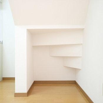 LDK】ぬいぐるみを置いて楽しげにするのもよさそうな階段下。(※写真は同間取り別部屋のものです)