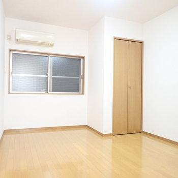 洋室②】こちらの洋室はシャッターがおりていました。ネジを外せばシャッターを上げられます。(※写真は同間取り別部屋のものです)