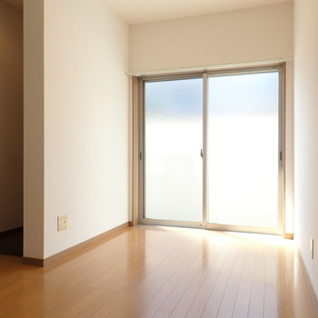 LDK】掃き出し窓の向こうは共用部の通路です。(※写真は同間取り別部屋のものです)