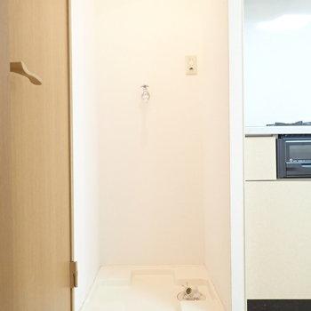 となりには洗濯機を。(※写真は同間取り別部屋のものです)
