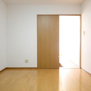 洋室②】ちょっと暗めなので、間接照明を置くとよさそうです!(※写真は同間取り別部屋のものです)