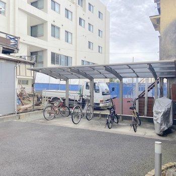 駐輪場は屋根付きでした。