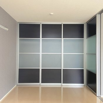 【洋室】スライド式の扉なので家具の配置も考えやすい。