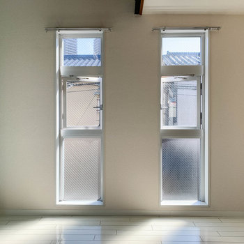 向かいの壁は窓が2ヶ所。