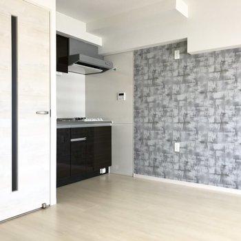 ブラックのキッチン。冷蔵庫はすぐそばに置こうかな?