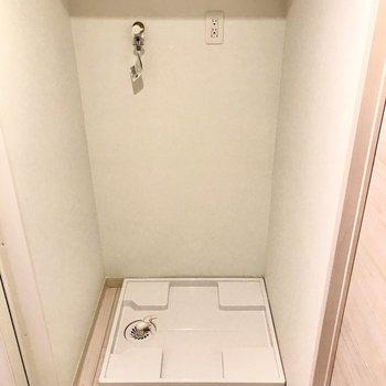 向かい側に洗濯機。上には便利な棚付き!