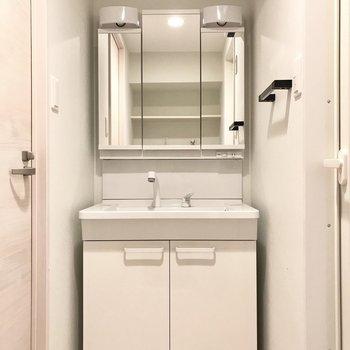 スタイリッシュな洗面台。3面鏡の後ろも収納です◯