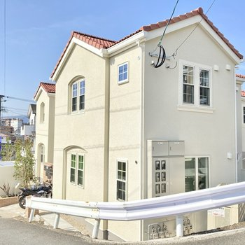 外観からとっても可愛い!ヨーロッパ風のアパートです。