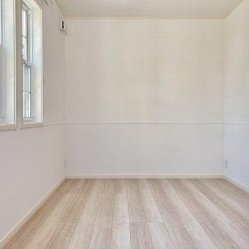洋室は6帖の広さ。縦長なので家具の配置もしやすいです。