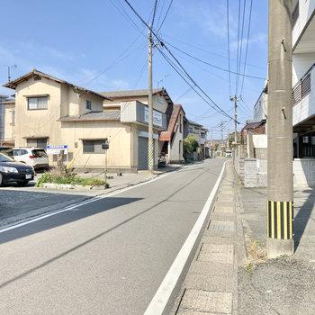 道幅が狭いので通勤・通学時には注意です。