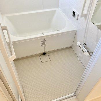 お風呂には窓もあって明るい!浴室乾燥機、追い炊き機能付きです。