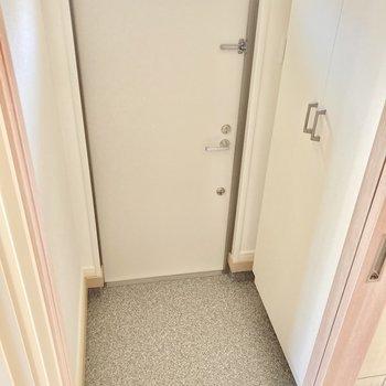玄関は小さめ。個人的に玄関前のガラス戸がツボです♡