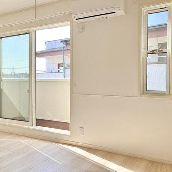 窓は南向き!光がしっかり入る気持ちのいいリビングです。