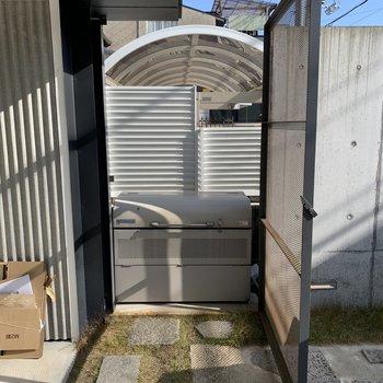 敷地内ゴミ置場には鉄格子の扉が付いていました。
