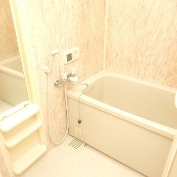 お風呂は右手に。追い焚き付きなので順番が後の人でも温かいお湯に浸かれますよ◎ (※写真は3階同間取り別部屋のものです)