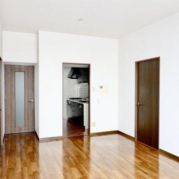 LDからキッチンと廊下、左右のふたつの洋室へ繋がります。(※写真は3階同間取り別部屋のものです)