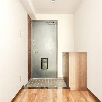 玄関には靴箱の他に物置も備え付けられています。(※写真は3階同間取り別部屋のものです)
