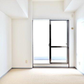 南側の洋室は8帖ほどの広さ。床がカーペットなので子ども部屋やホームオフィスに最適。(※写真は3階同間取り別部屋のものです)