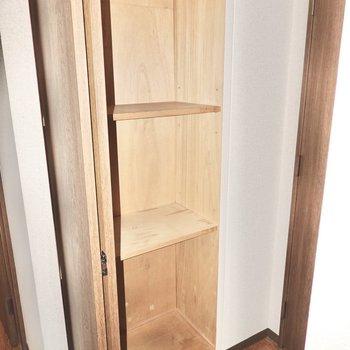トイレのドアの正面には収納棚が。掃除道具入れにピッタリ。(※写真は3階同間取り別部屋のものです)