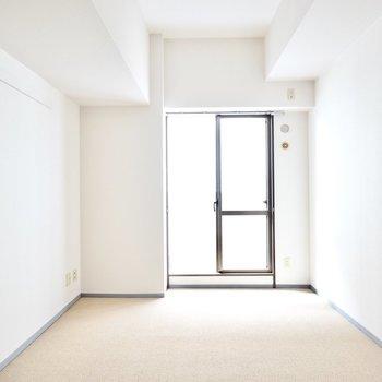 北側の洋室も同じほどの広さ。どちらの洋室も壁にピクチャーレールがついています。(※写真は3階同間取り別部屋のものです)