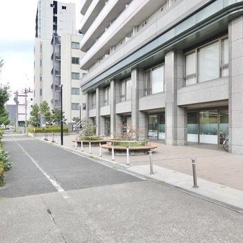 大通り側はオフィスもあるちょっとした広場に。待ち合わせにも使えそうですね!