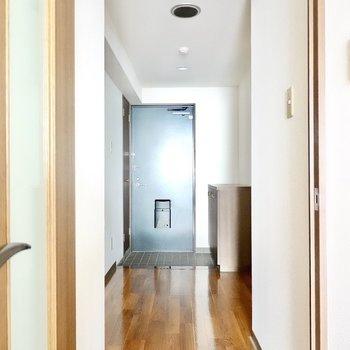 廊下へはLDからも出られます。左側にトイレと脱衣所。(※写真は3階同間取り別部屋のものです)