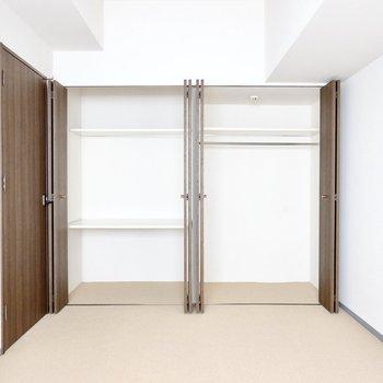 窓の対面側は壁一面が収納!右には衣服を、左には出番の少ない荷物を仕舞いましょう。(※写真は3階同間取り別部屋のものです)