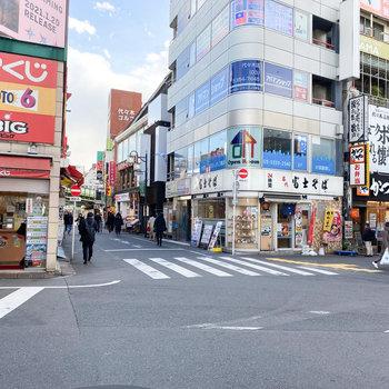 駅周辺には飲食店がたくさんあります