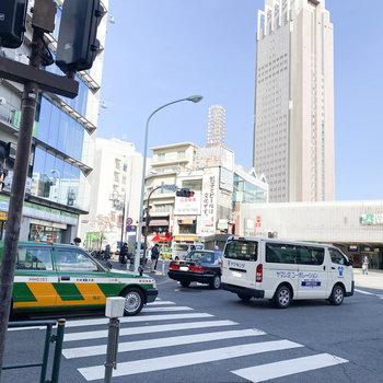 代々木駅前は人通りや車通りが多いです
