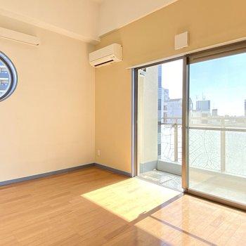 6.5帖の洋室。バルコニーは南向き+6階だから日当たり◎(※写真は清掃前のものです)
