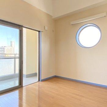 こちら6.8帖の洋室。またあった!丸い窓!可愛い…(※写真は清掃前のものです)