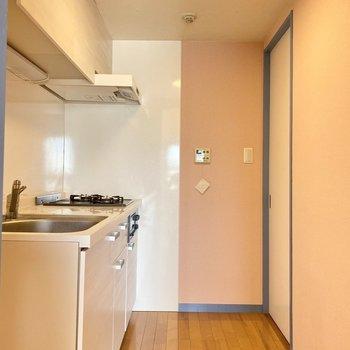 キッチンはパステルピンクな空間◯ウキウキで料理できちゃう!(※写真は清掃前のものです)