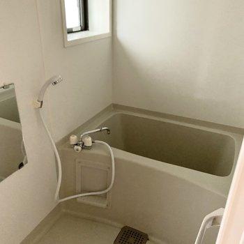洗面室の左の折戸の中はお風呂。