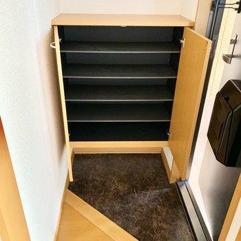 シューズボックスの上や下の空間も活用できますよ。