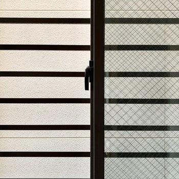 小窓側の眺望はないですが、柵が付いていて安心感があります。