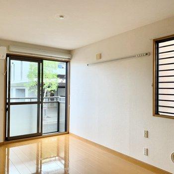 窓から見える緑が爽やかな二面採光の角部屋。