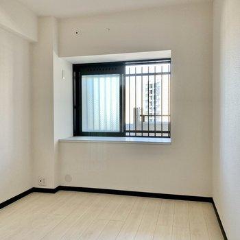 間取り図左上の洋室はちょっぴりコンパクト。北西側に小窓、テレビ・エアコン設置可能です。