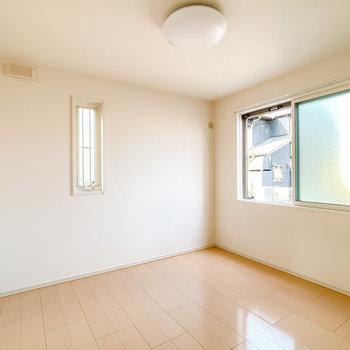 広さは6帖。ベッドの高さは窓に合わせると統一感のあるお部屋になりそう。