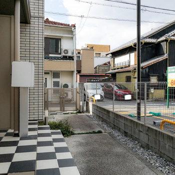 道路や隣の敷地との間にはフェンスと柵があるので、ちょっと安心して過ごせそうです。