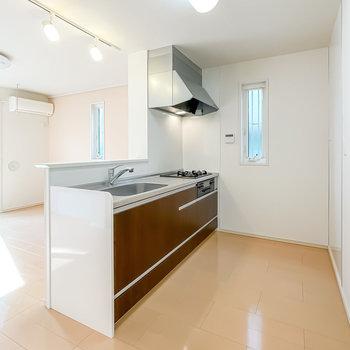 大きなキッチンだからふたりで料理も◎収納スペースも広めに確保されています。