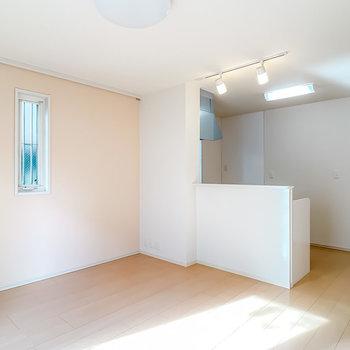 キッチンは対面式。リビングの壁は薄っすらとピンクだから可愛らしいインテリアが似合いそう。