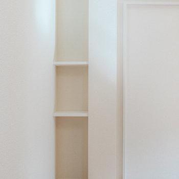 奥の壁のニッチは収納にも、飾り棚にもなりますよ。