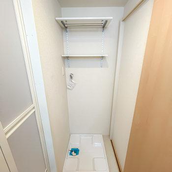 反対側には棚付きの洗濯機置場。脱衣スペースは少しコンパクトめ。