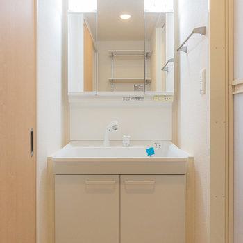 洗面台は鏡が大きいから、忙しい朝もふたりで分けて使えるかも!