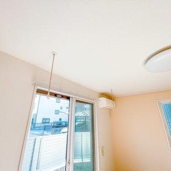 室内には着脱式の竿受けもあるので部屋干しもできますよ。