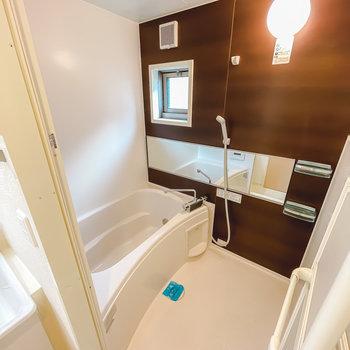 木目調の安らげるお風呂は二人暮らしに欲しい追い焚き付き◎